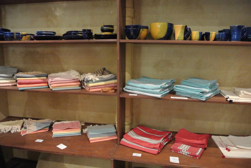 foutas et vaisselle en terre cuite sacs à main et vases longs