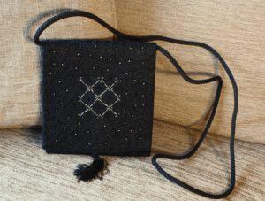 pochette de soirée argentée cadeau artisanal Saint Valentin