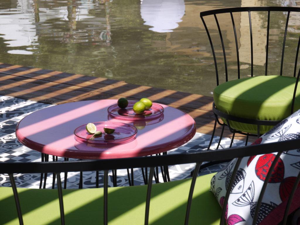 assiettes vaisselle en verre soufflé rose comptoir azur Salon Vivre Côté Sud 2013 terrasse art de ne rien faire