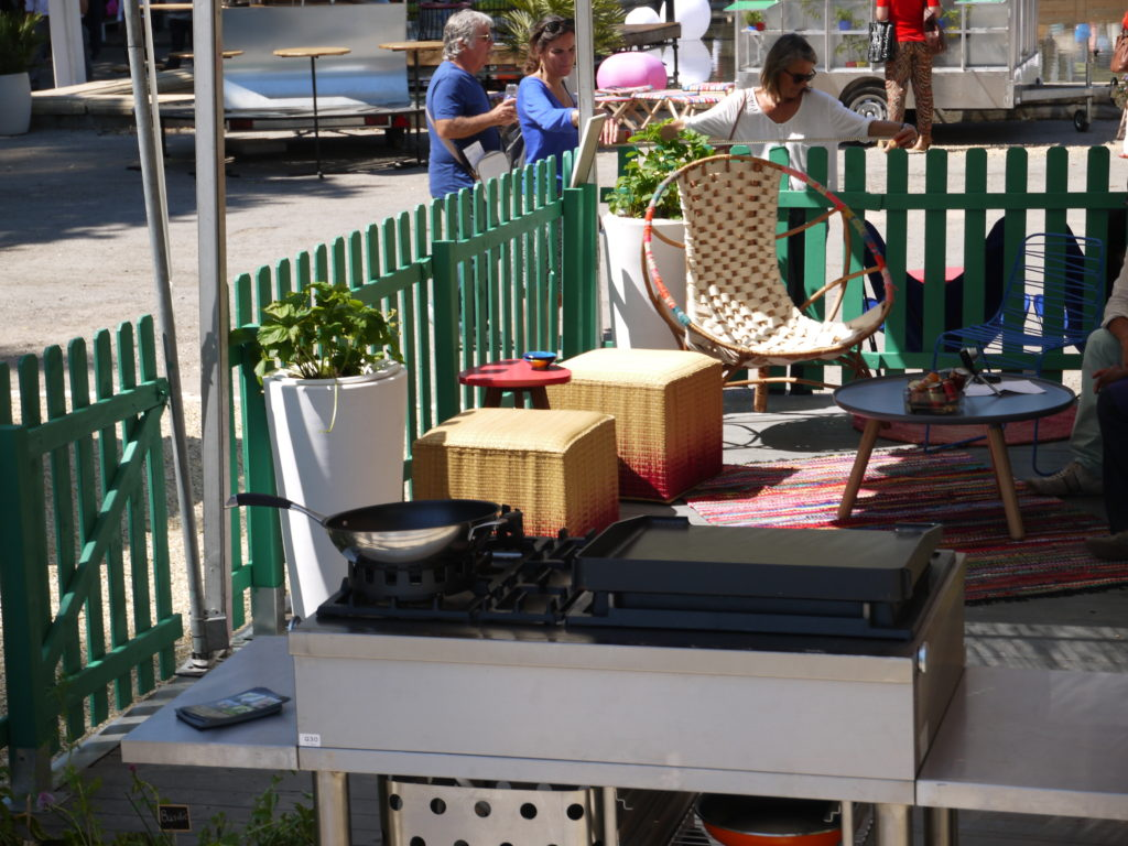 terrasse gourmande côté salon poufs en jonc Salon Vivre Coté Sud 2013