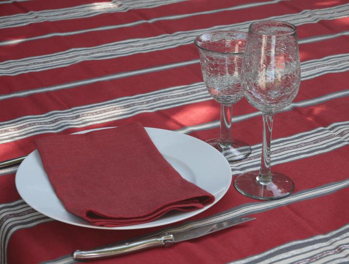 nappe en coton ray e rouge pour une table chaleureuse. Black Bedroom Furniture Sets. Home Design Ideas