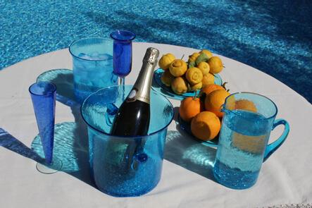 Un service à champagne en verre soufflé de Comptoir Azur.