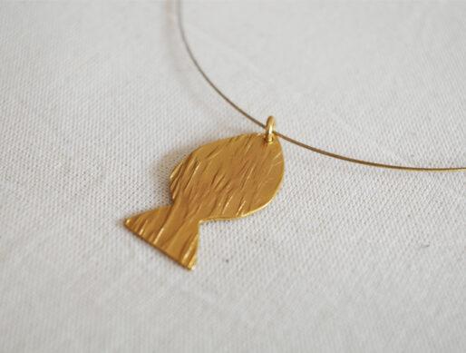 collier fin cable doré pendentif poisson grand