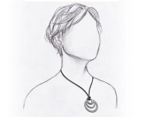 collier cordon satin noir et pendentif argente mannequin