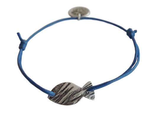 bracelet sur cordon bleu petit poisson argente