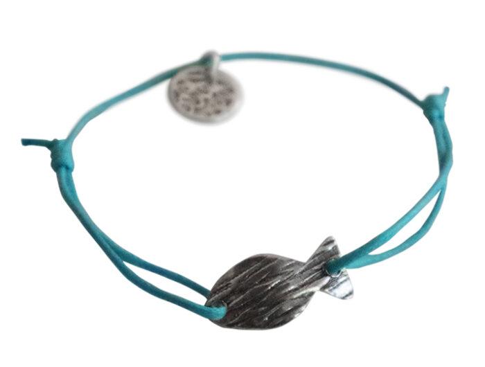 bracelet sur cordon turquoise petit poisson argente