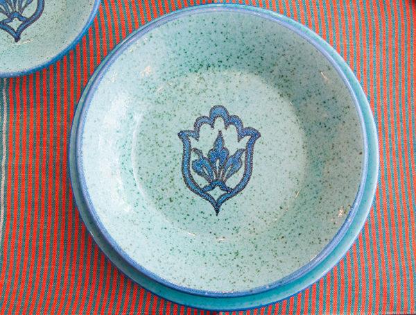 assiette bleue ceramique creuse ambiance