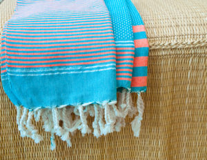 fouta serviette invite bleu orange ambiance