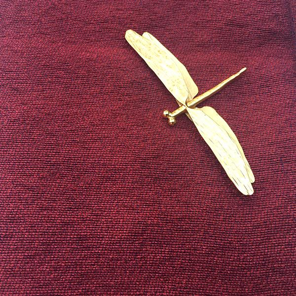 broche libellule sur écharpe en soie