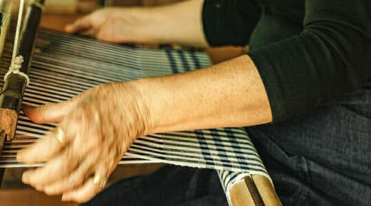 Le tissage artisanal sur métier à bras